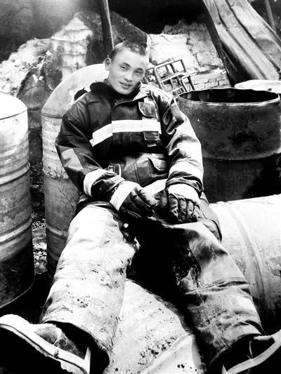 从军12年抢险3000余次 消防员回乡探亲时救人牺牲