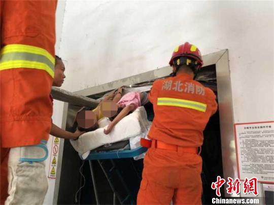 湖北襄阳:两女童被卡货梯身体悬空 警民合力营救