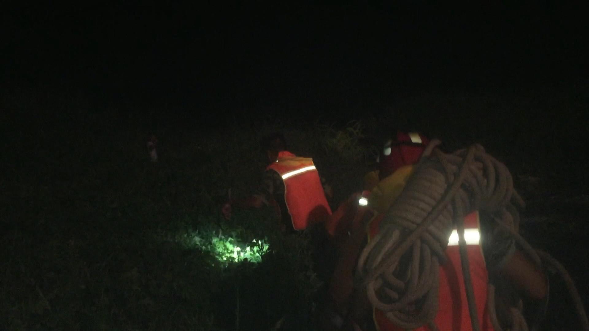 男子深夜被困河道 兖州消防紧急救援