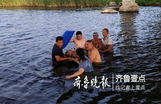 七旬老人下河洗澡突发心脏病 众人纷纷跳下水施救