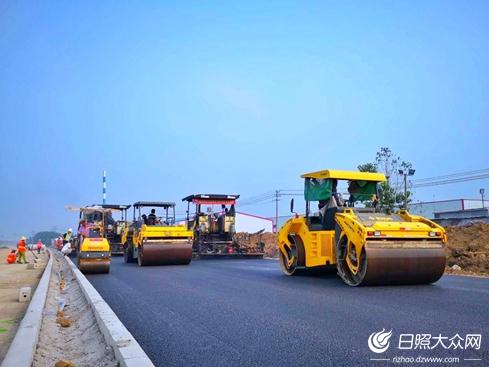 日照市黄海路西延工程开始沥青摊铺