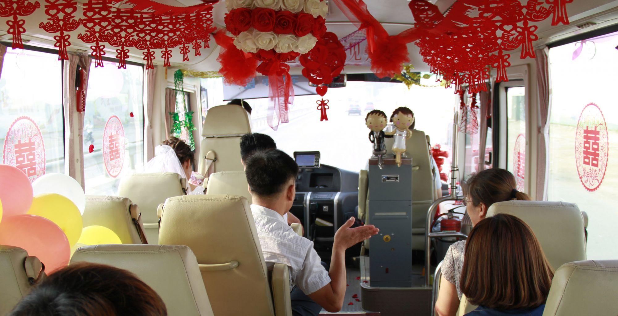 赞!公交车变身浪漫婚车 聊城一对新人这样办低碳婚礼