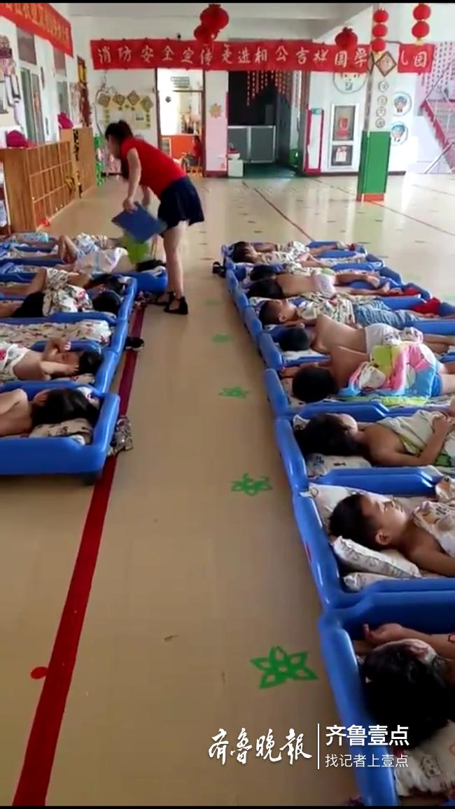 高温天幼儿园突遇停电,济南幼师为午睡孩子摇扇降温