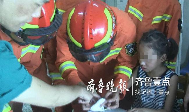 8岁女孩手卡玻璃瓶盖,枣庄消防耐心帮孩子脱险