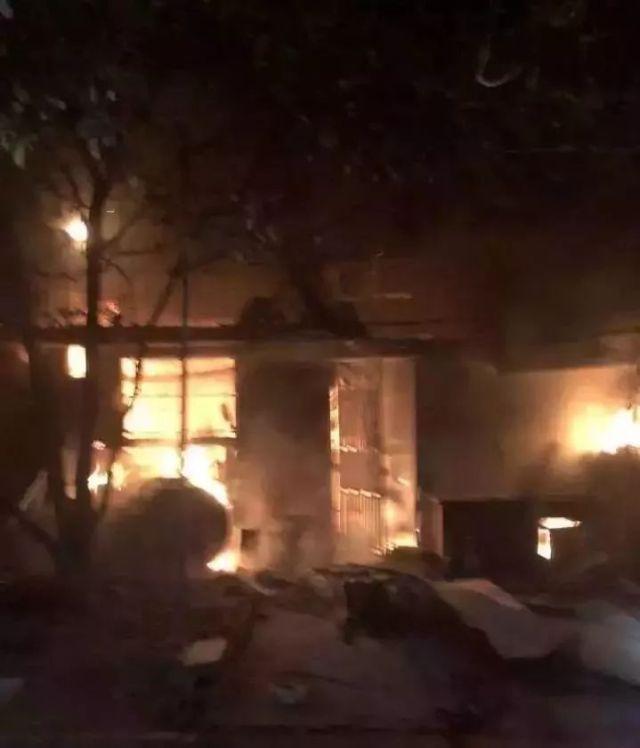 煤气罐爆燃,整层玻璃震碎,他不是消防员,却3次冲进火场