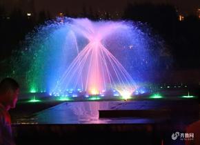山东泰安:持续高温难耐 音乐喷泉成市民避暑胜地