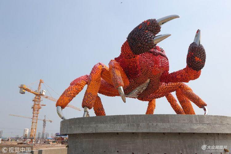 东营一建筑工地现巨型螃蟹雕塑
