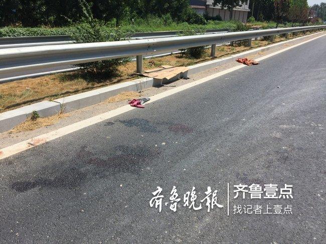 济南一家三口骑摩托车追尾货车,两人受伤2岁幼儿身亡
