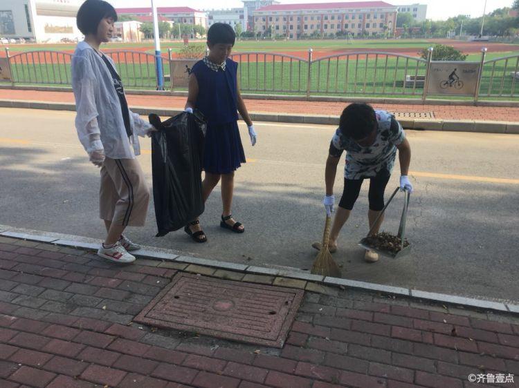 爱满蓝天志愿服务队冒着天气的炎热,展开志愿者活动
