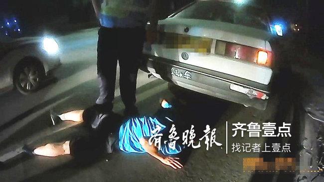 潍坊高密:驾校教练醉驾被查 趴在地上用脸蹭地
