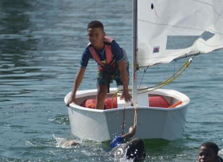 青岛持续高温 小选手冒酷暑鏖战帆船赛