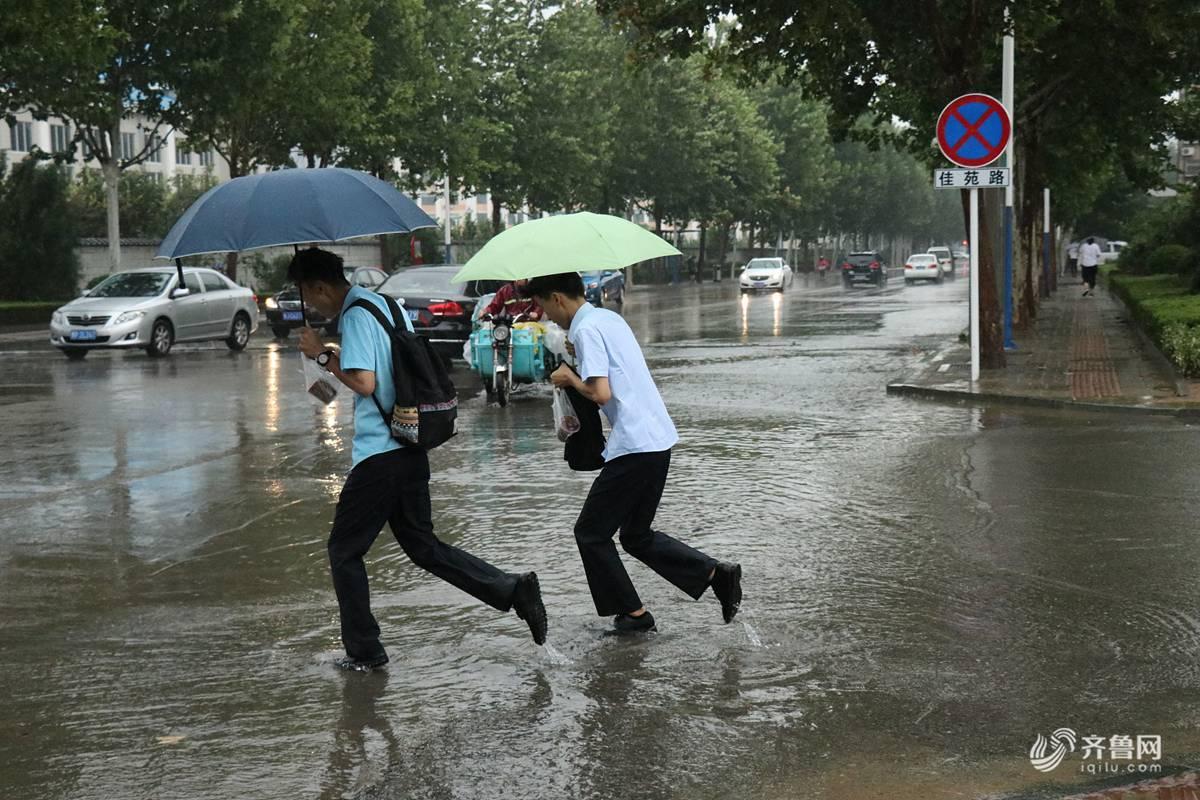 山东泰安:暴风雨C位出道 市民冒风雨出行