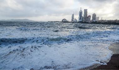 """台风""""摩羯""""过境 青岛海边掀起大浪引游客驻足观看"""