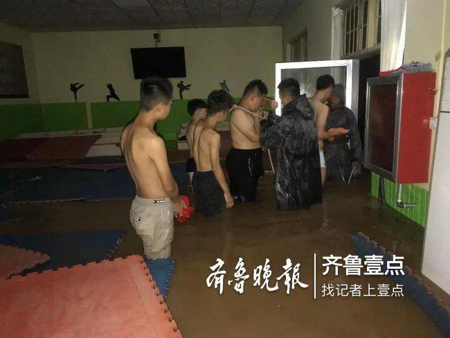 深夜暴雨跆拳道馆积水1米半,昌乐消防转移6名被困者