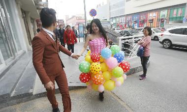秀恩爱! 青岛男子吹600个气球为女友做婚纱