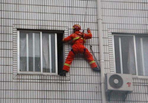 聊城7个月大婴儿被困家中,消防官兵空降救援