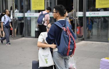 七夕济南火车站 记录甜蜜又心酸的异地恋故事