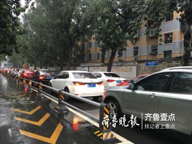 下雨天,去医院看医生的车流排长队
