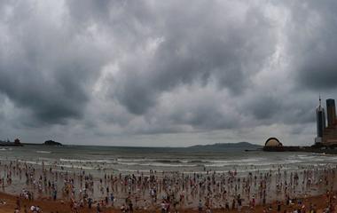 """台风""""温比亚""""来袭 游客扎堆栈桥边看海观潮"""