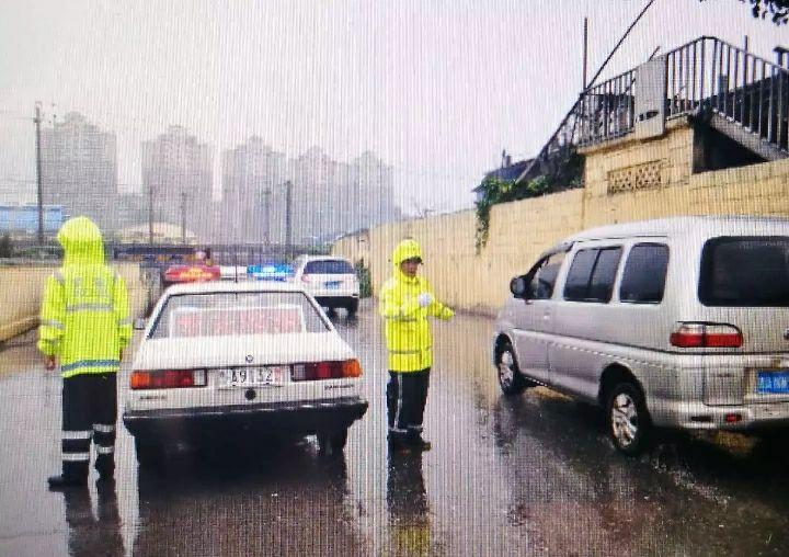 大雨致济南5处路口交通管制(图)