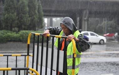 """风雨里的守望者 走进济南街头坚守的""""老赵们"""""""