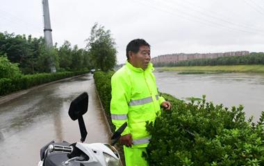 济南腊山分洪站开闸放水 57岁管理员涉水巡查