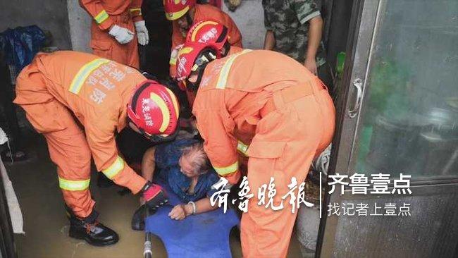 暴雨突袭莱芜一老人被困家中,消防官兵涉水救援