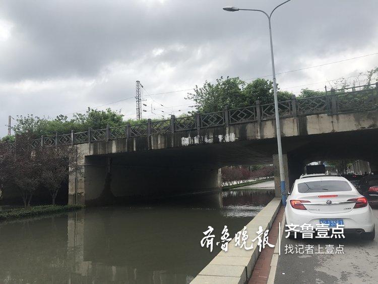 铁路桥下积水,奥体中路附近交通管制