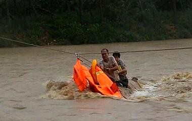 日照面包车被卷入洪水 消防员飞绳营救被困夫妻