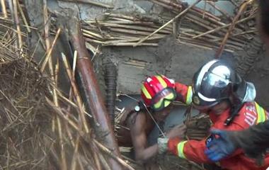 淄博暴雨致房屋坍塌两名村民被压 消防紧急救援
