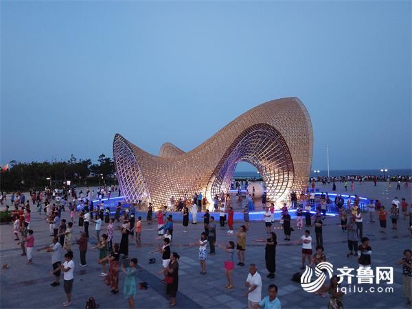 夜晚在南海公园跳广场舞的群众 (2)_看图王.jpg