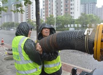 城区8个泵站专人值守,11台强排泵车现场排水