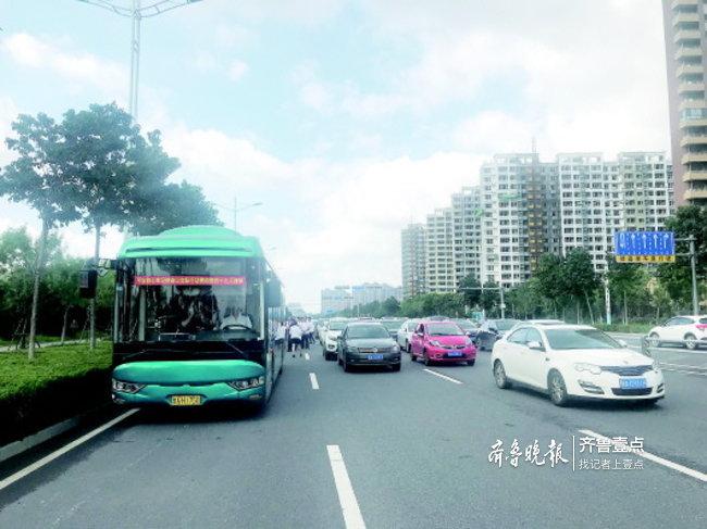 公交车小汽车大比拼!治堵治霾,济南公交承载着期盼