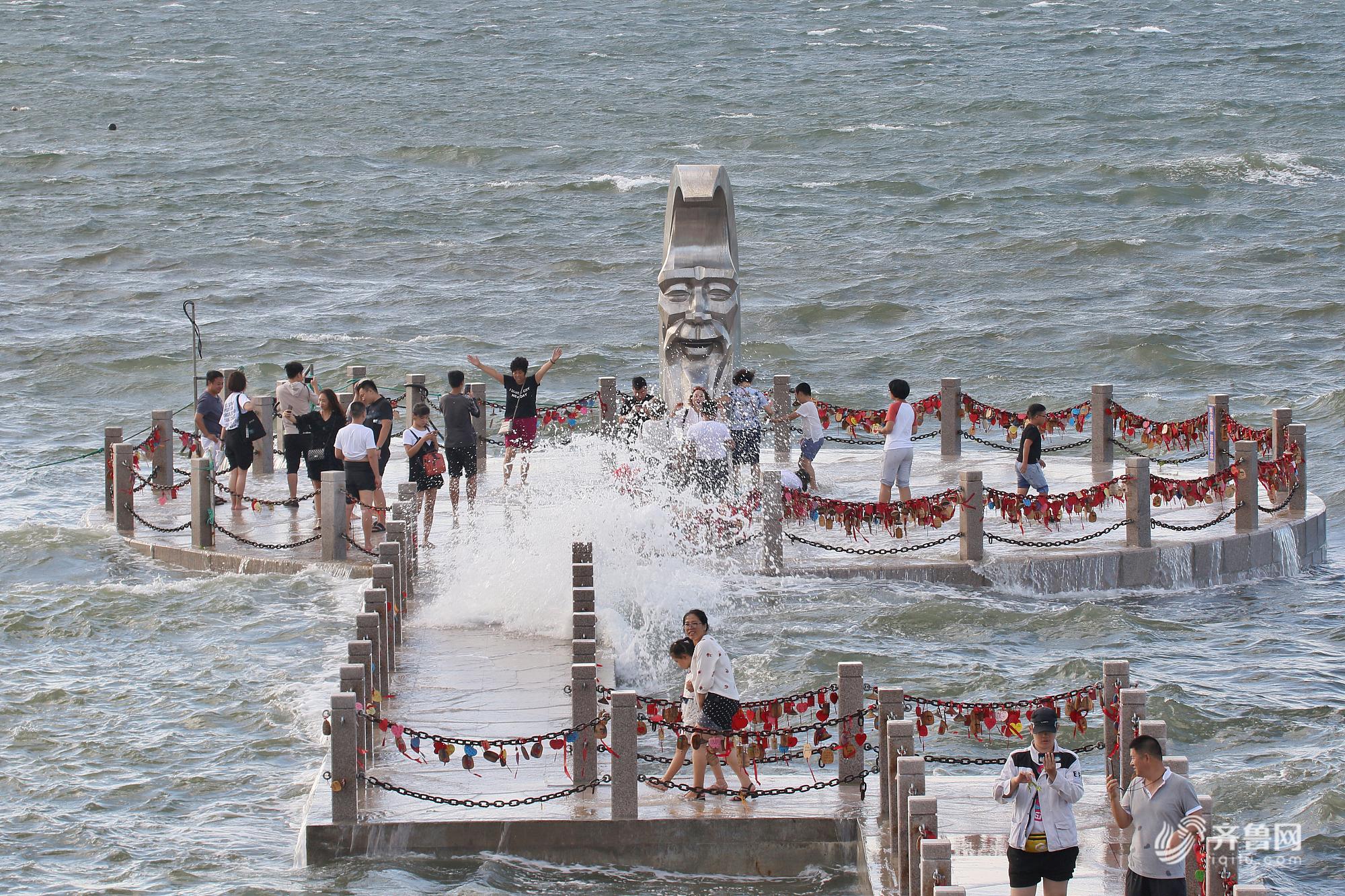 """台风""""温比亚""""来袭 烟台游客海边接受风浪""""洗礼"""""""