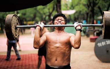 济南爷爷级健身达人自制健身器材 坚持强身健体