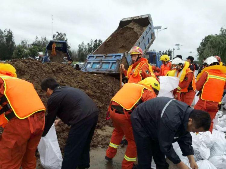 暴雨致阳河出现决堤险情 广饶县全部职工上阵抢险