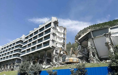 济南锦绣川水库这栋豪华公寓正在拆除