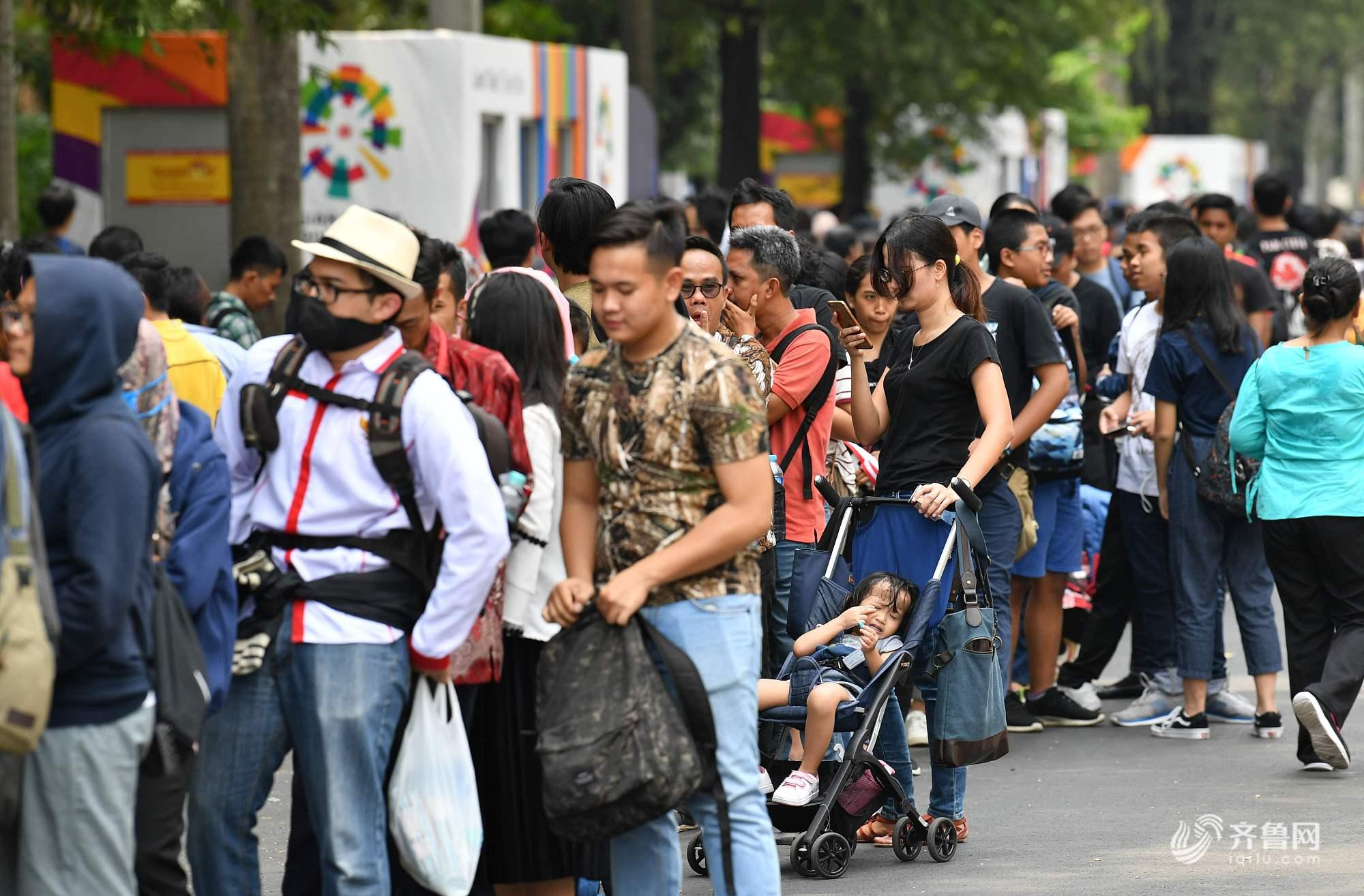 2018亚运会:当地观众购票火爆 人山人海排长队小朋友挤到大哭