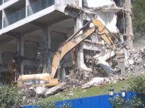 高八层、单体最大!济南锦绣川水库这栋豪华公寓正在拆除