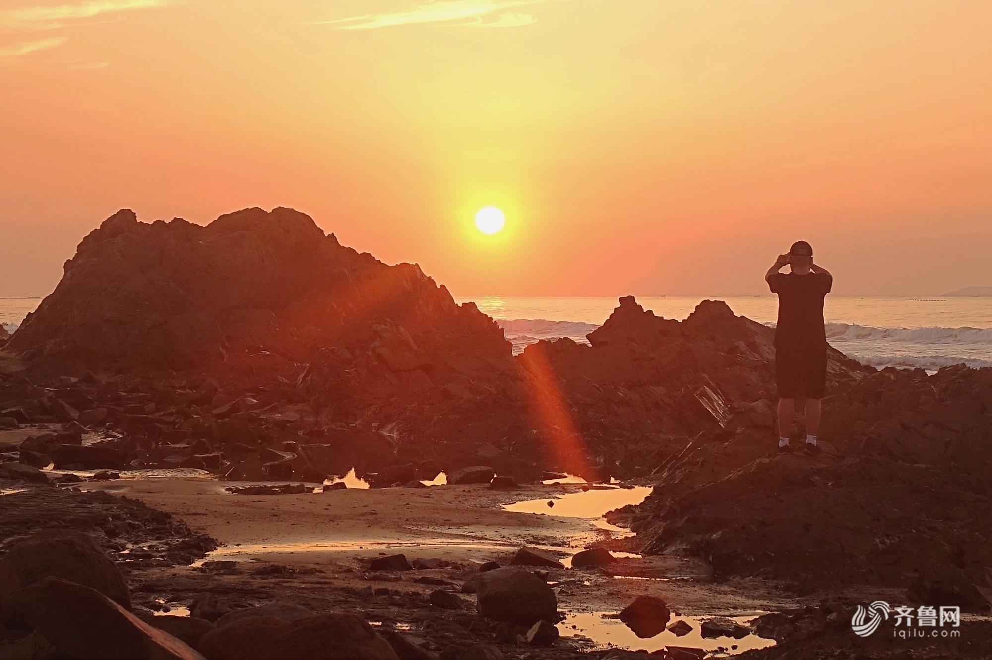 秋高气爽!青岛西海岸石雀滩海滨现日出美景