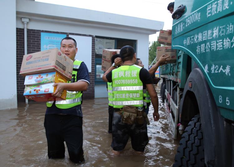 黄河路街道出现大量积水 东营区:防汛救灾 爱心接力