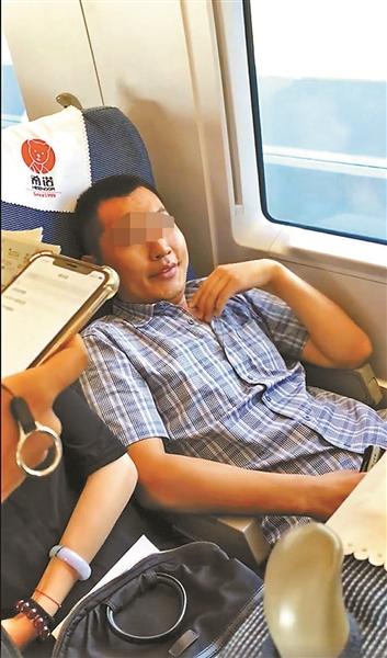 男子高铁上霸占女乘客座位 铁路公安已介入调查