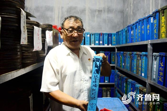 2018年8月13日,电影收藏家杜新芳向客人展示他收藏的电影藏品。 (6)_副本.jpg