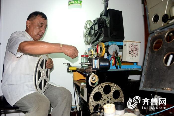 2018年8月13日,电影收藏家杜新芳向客人展示他收藏的电影藏品。 (14)_副本.jpg