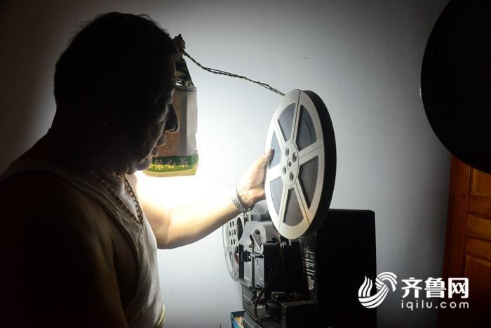 2018年8月13日,电影收藏家杜新芳向客人展示他收藏的电影藏品。 (22)_副本.jpg