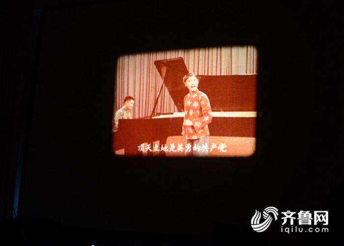 2018年8月13日,电影收藏家杜新芳向客人展示他收藏的电影藏品。 (23)_副本.jpg