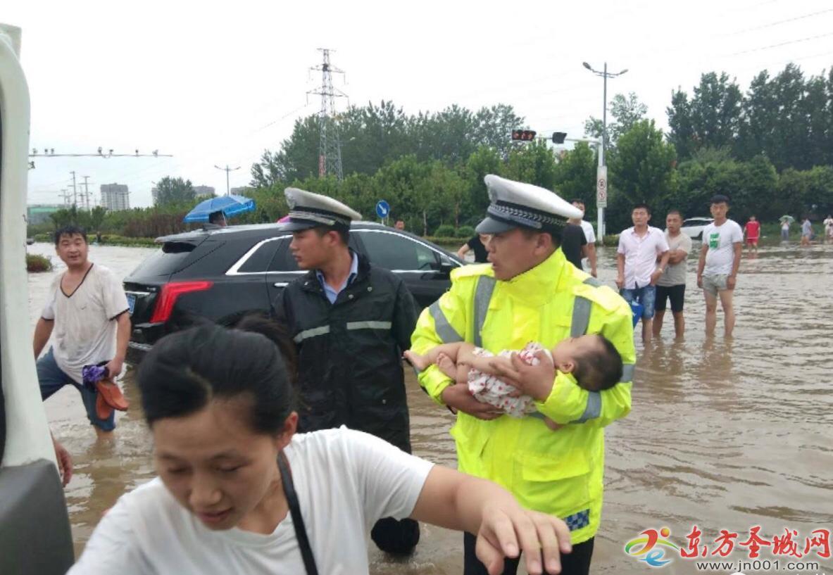 孩子发烧送往医院 中途车辆被困水中