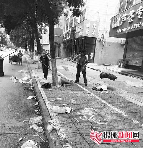 """夜市散去马路变身""""垃圾场""""临沂环卫工凌晨清扫"""