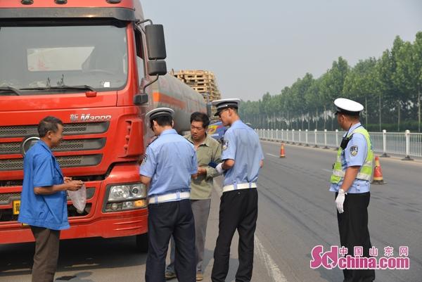 """危险品运输""""慎行"""" 潍坊经济交警严查危险品运输车辆"""