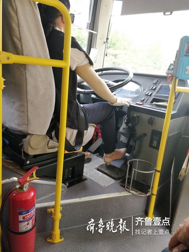泰安公交司机穿高跟鞋开车 刹车时乘客看着都心慌